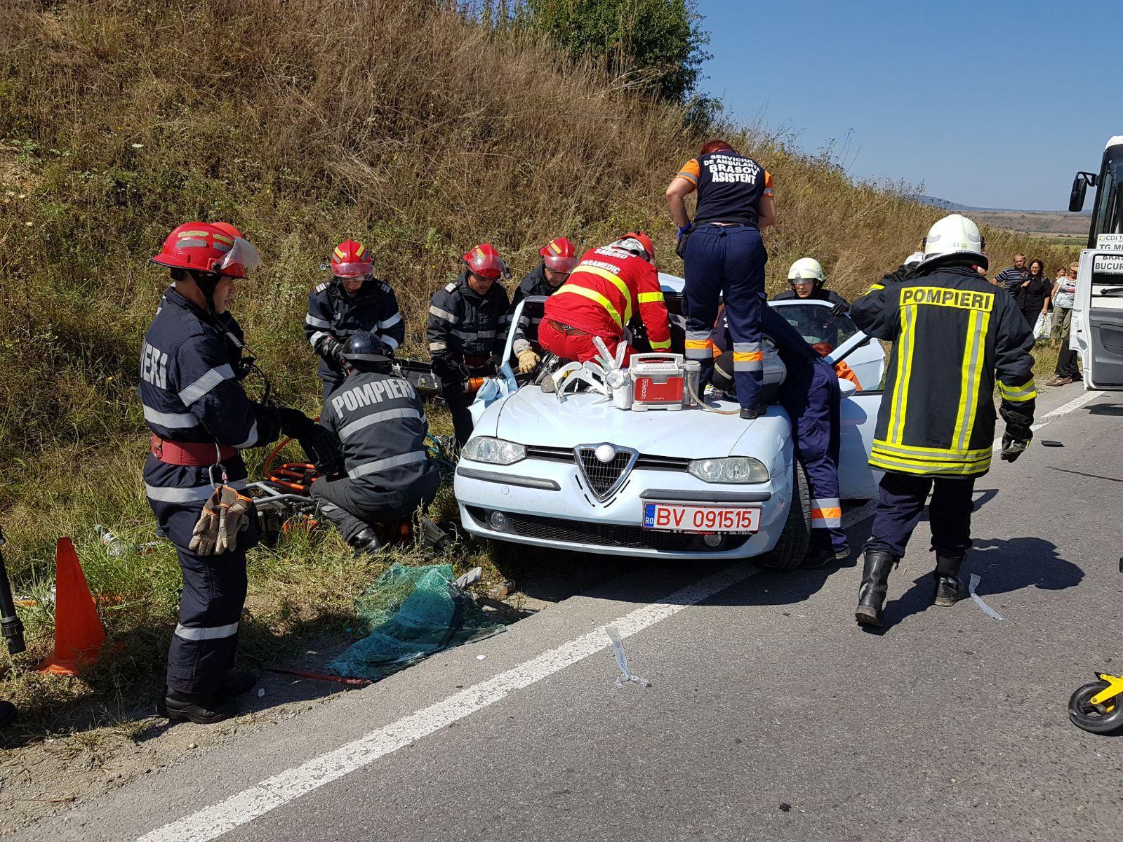FOTO | Două persoane au fost grav rănite, după ce un autocar cu 23 de turişti s-a ciocnit cu un autoturism