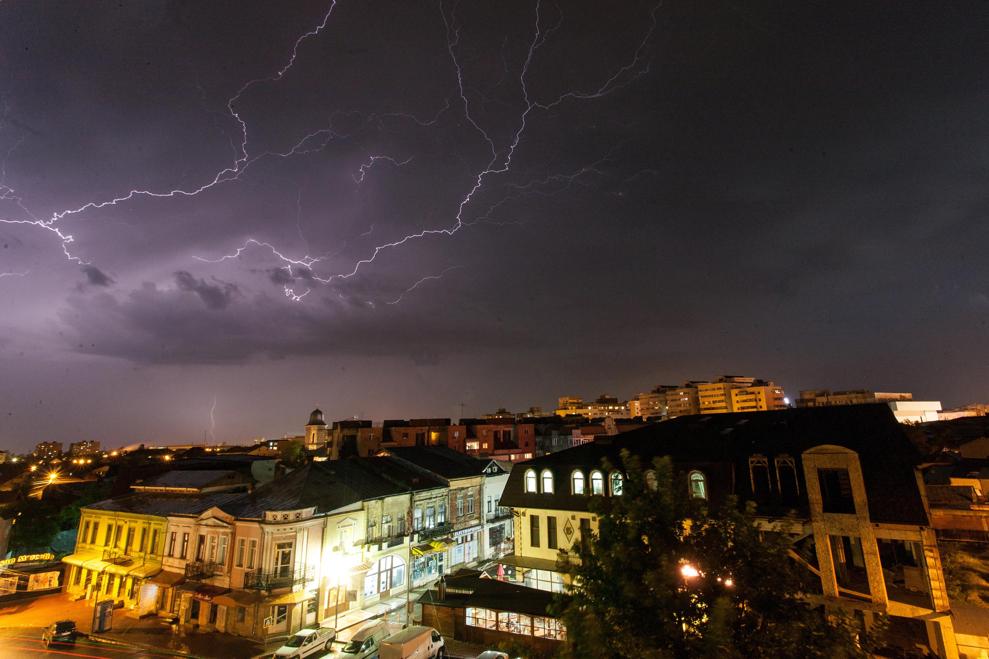 COD GALBEN de ploi în Bucureşti şi Ilfov, până la ora 23.00