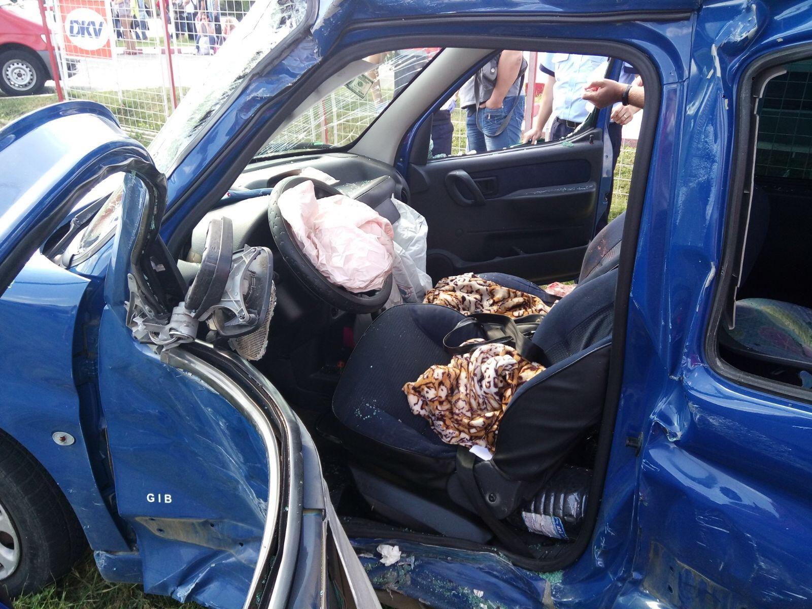 FOTO | Accident grav între un autocar plin cu muncitori şi o maşină. O persoană a fost rănită