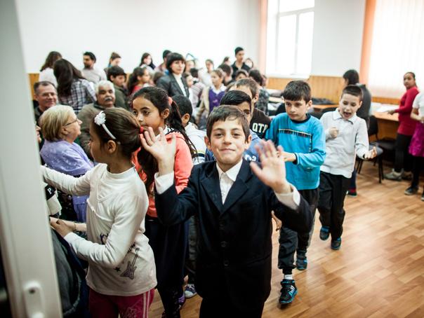 Deputaţii şi senatorii şi-au luat o zi de lucru `în teritoriu` ca să participe la deschiderea noului an şcolar