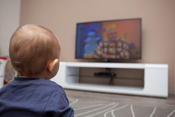 Imaginea articolului Studiu: În 90% din copiii de 2-3 ani diagnosticaţi cu o formă de autism au ca principală cauză televizorul, mobilul sau tableta. Medic: Simptomele sunt perfect identice