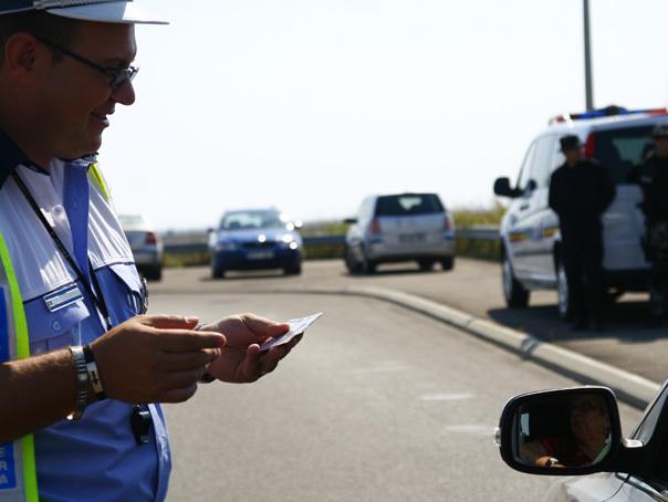 Un poliţist local din Galaţi este cercetat după ce a fost filmat când tăia linia continuă dublă