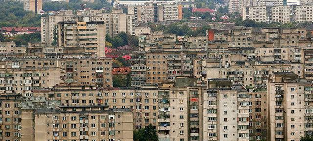 Cine scuipă pe stradă, pune rufele la uscat la vedere, scutură covoare sau aruncă hârtii pe stradă RISCĂ să fie amendat. Oraşul din România unde manierele sunt monitorizate strict