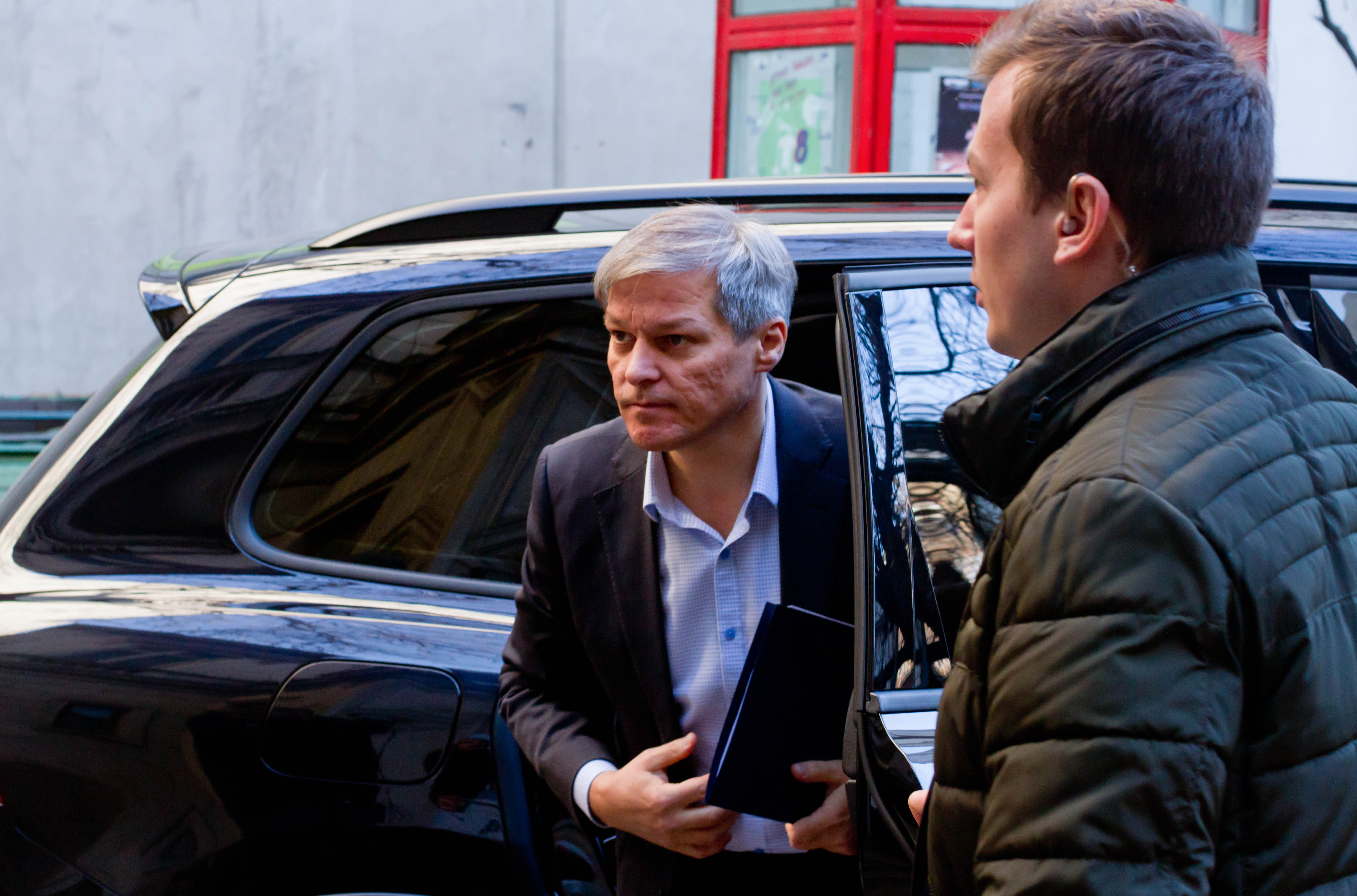 O maşină în care se afla Dacian Cioloş şi soţia, implicată într-un accident în Dâmboviţa