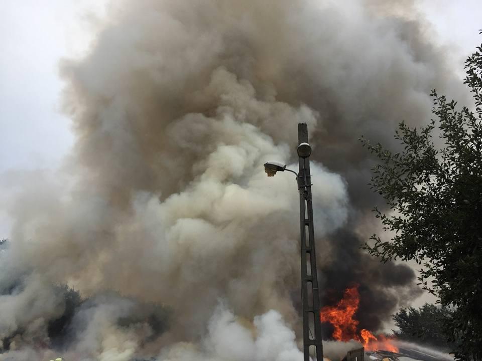 Incendiu puternic la un centru de colectare a gunoaielor din Timişoara. Fumul, vizibil de la câţiva kilometri| FOTO