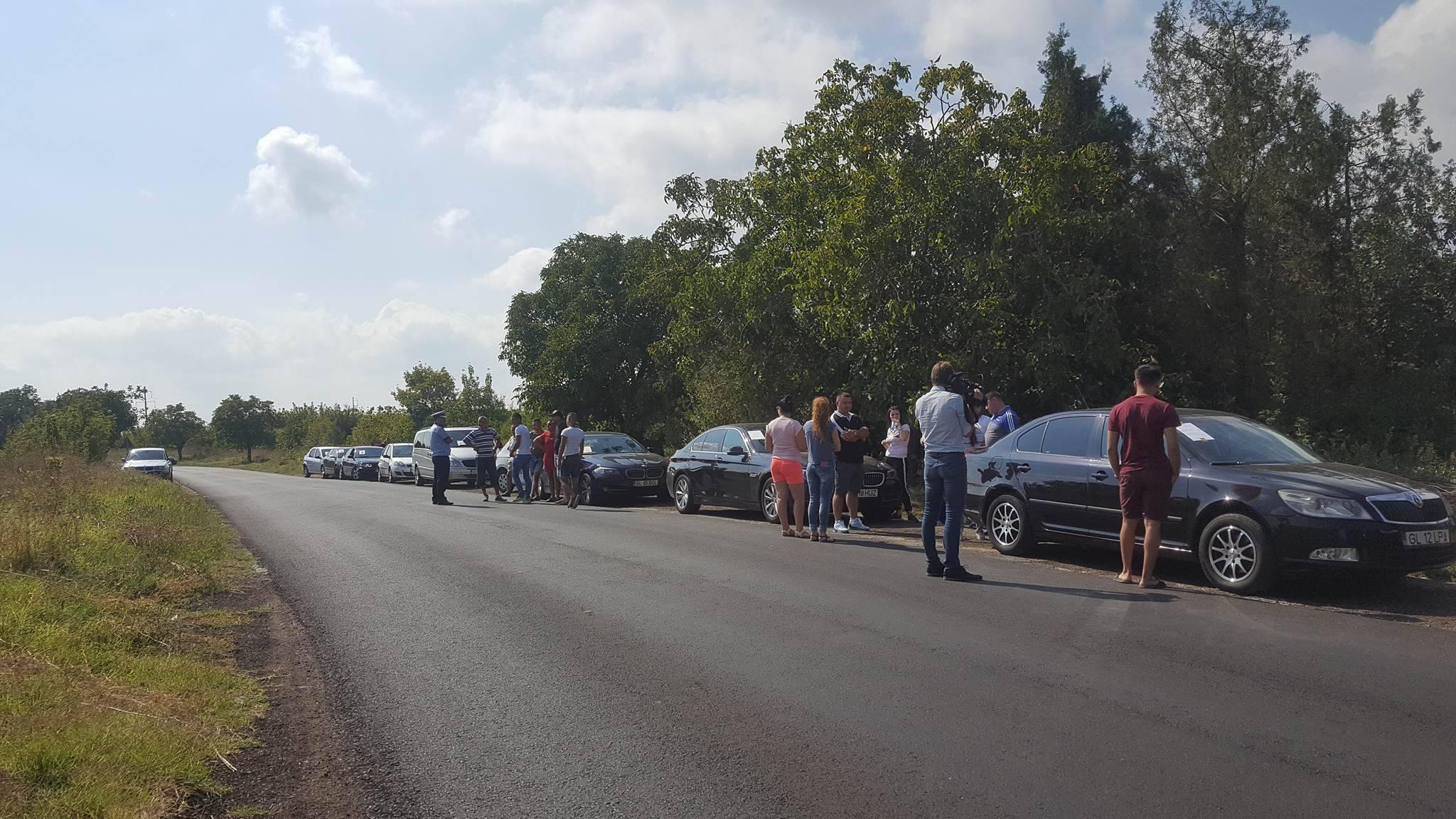 `Ne-am săturat de gropi şi nepăsare`. Protest la Galaţi, unde zeci de şoferi şi-au condus maşinile pe un drum naţional care nu a fost reparat de peste 25 de ani