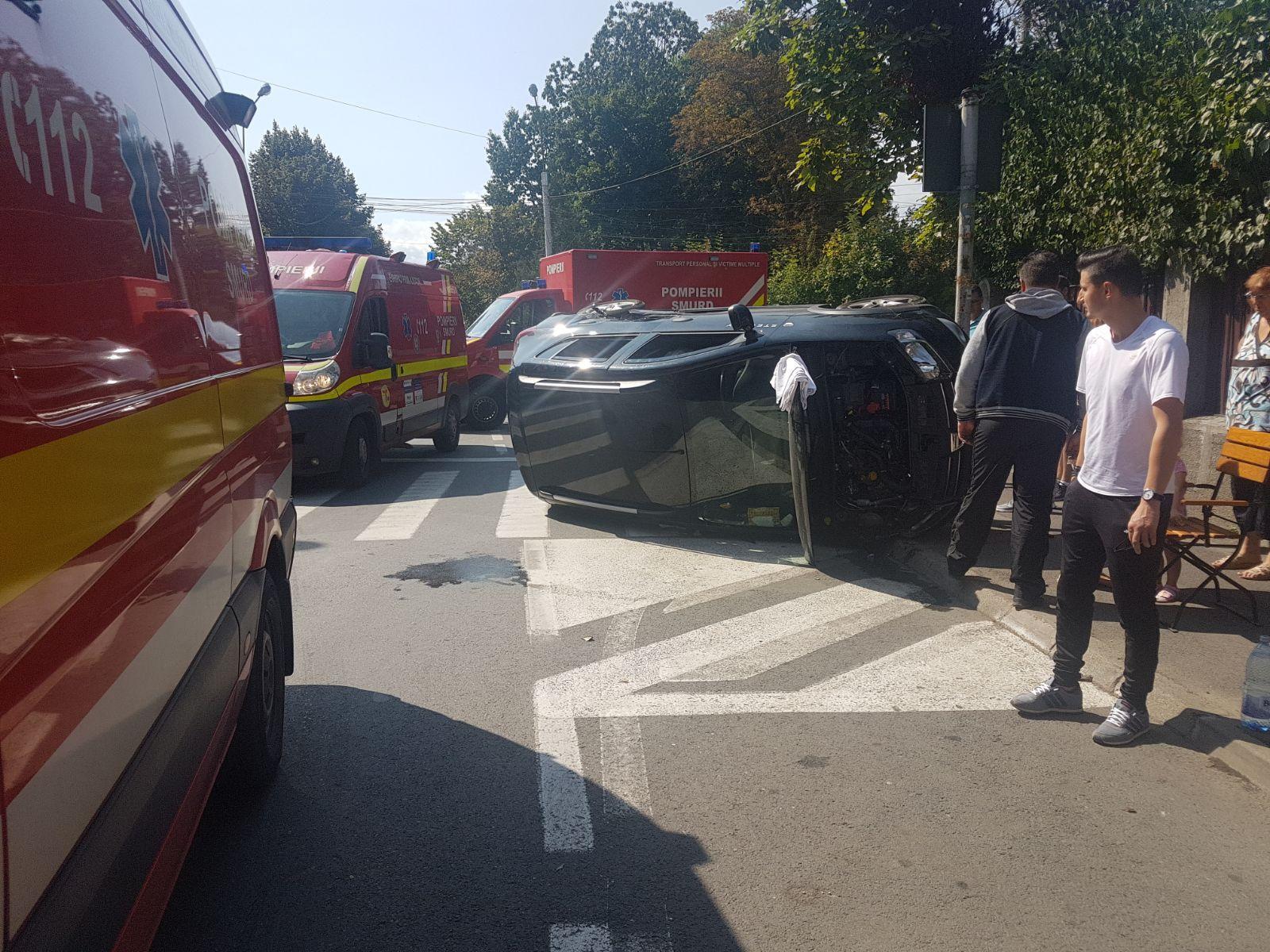 FOTO | Accident la Sibiu: Cinci persoane au fost rănite, între care doi copii, după ce două maşini s-au ciocnit într-o intersecţie
