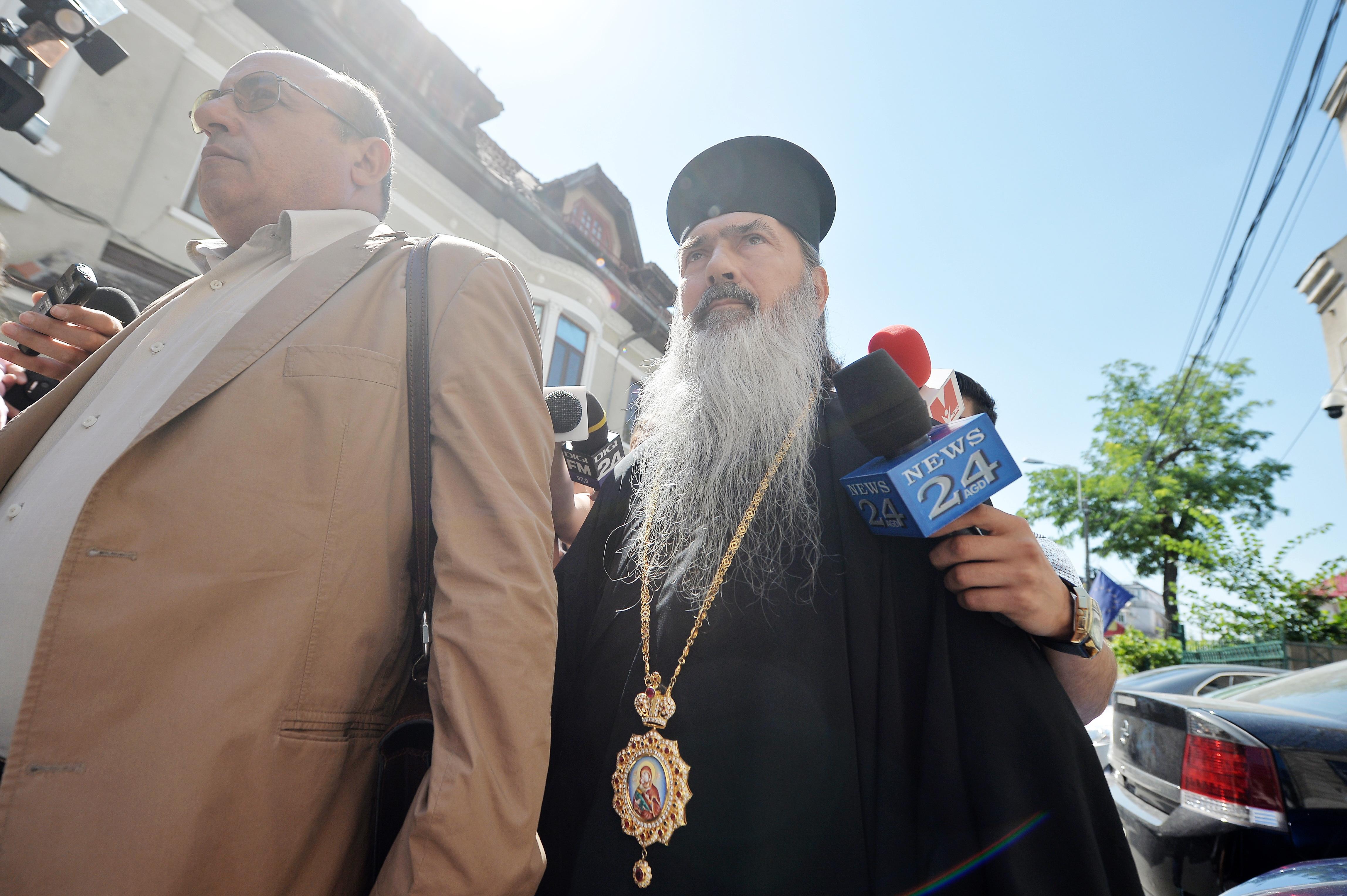 ÎPS Teodosie, Arhiepiscopului Tomisului, află marţi dacă scapă de controlul judiciar
