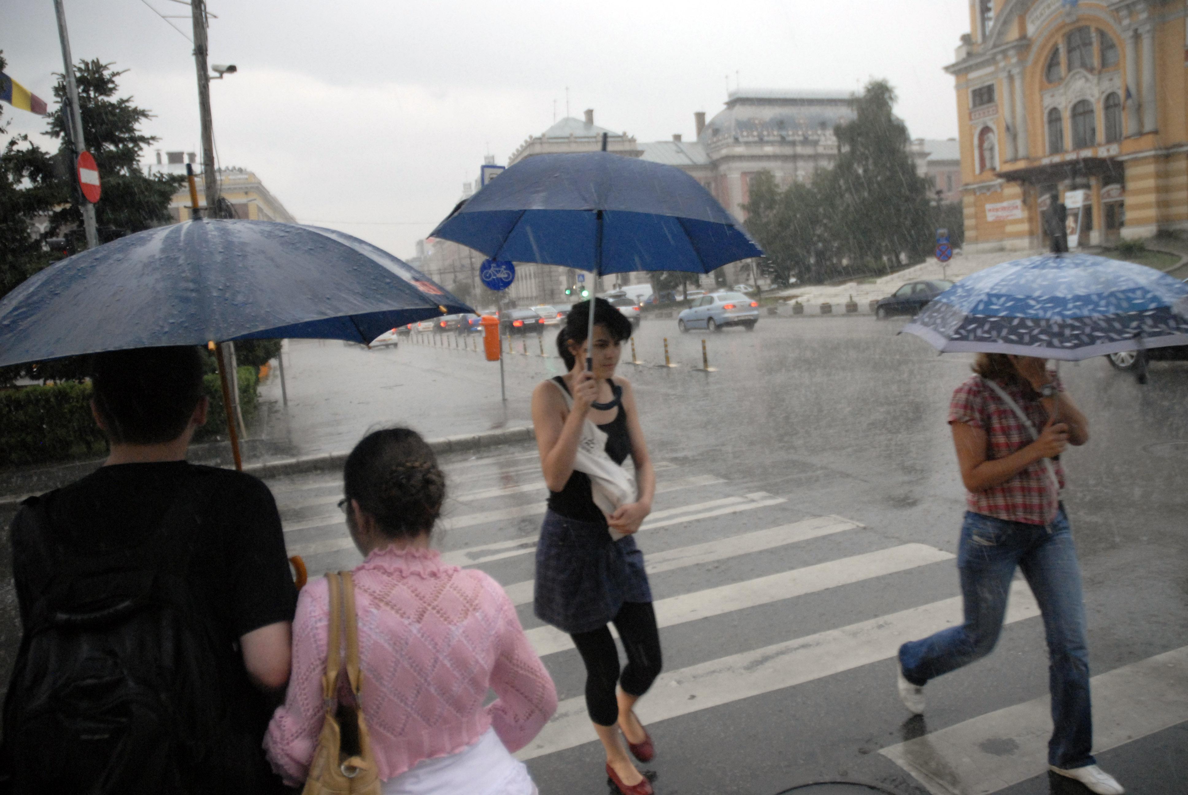 ALERTĂ ANM de ploi şi intensificări ale vântului / Când intră în vigoare şi ce zone sunt afectate