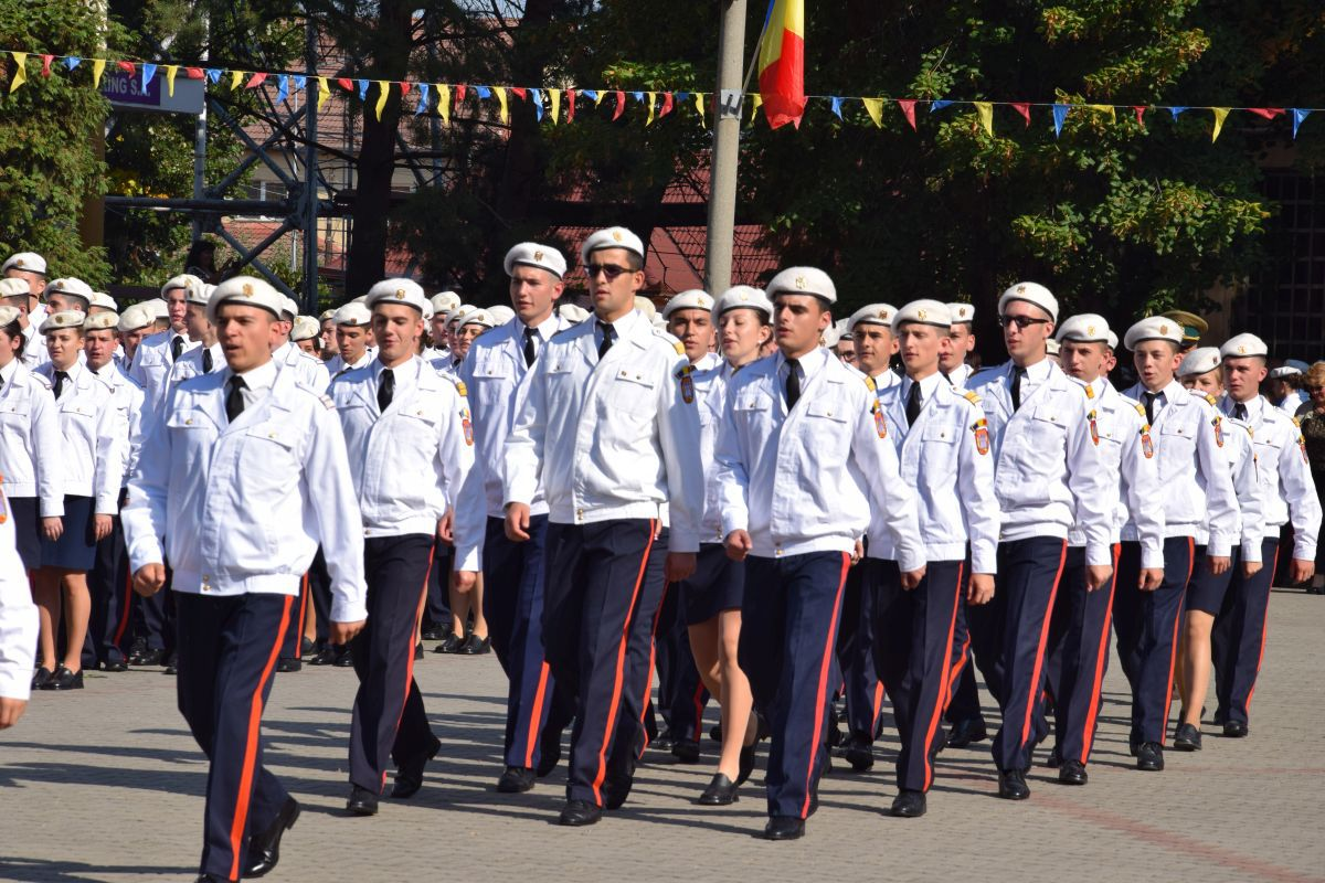 FOTO, VIDEO | Sute de elevi şi cadre militare, în pas de defilare la Colegiului Naţional Militar `Mihai Viteazul` din Alba Iulia