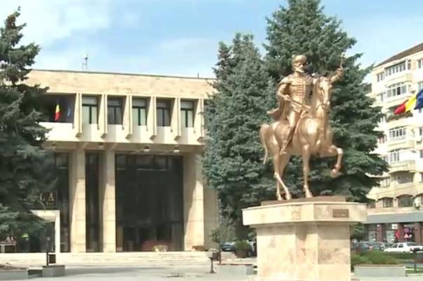 Sculptorul statuii lui Mihai Viteazu, vopsită în auriu, vrea să dea în judecată Primăria Târgovişte