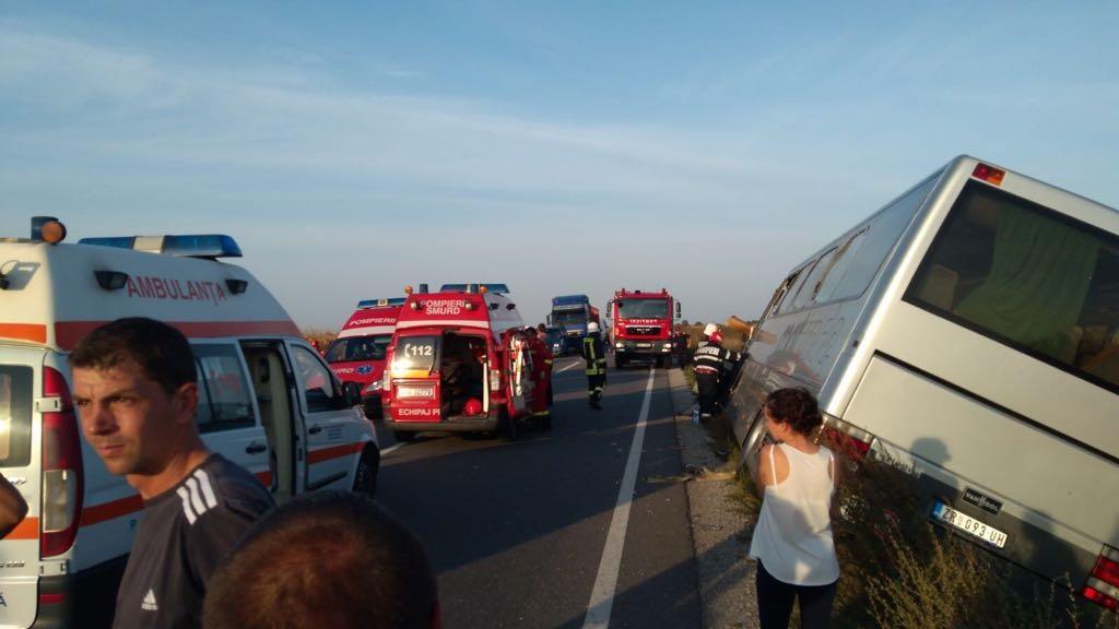 ACCIDENT între un autocar înmatriculat în Serbia şi un camion: 13 persoane au fost rănite în urma impactului