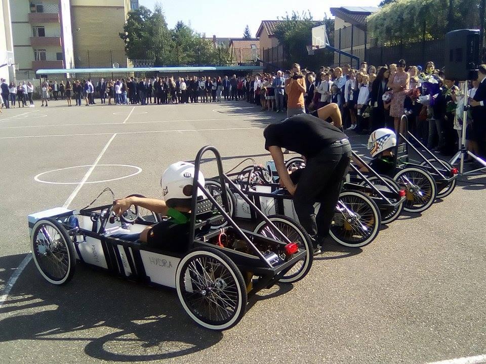 FOTO, VIDEO | Cum arată primele maşini electrice de curse din România. Construite de elevi din Braşov, acestea au fost testate în curtea şcolii, la început de an şcolar
