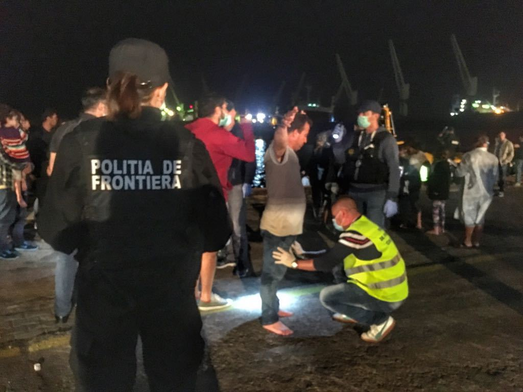 FOTO, VIDEO | Intervenţie pe Marea Neagră. O ambarcaţiune ce plutea în derivă cu 157 de migranţi, între care 56 de copii, a fost adusă în Portul Midia