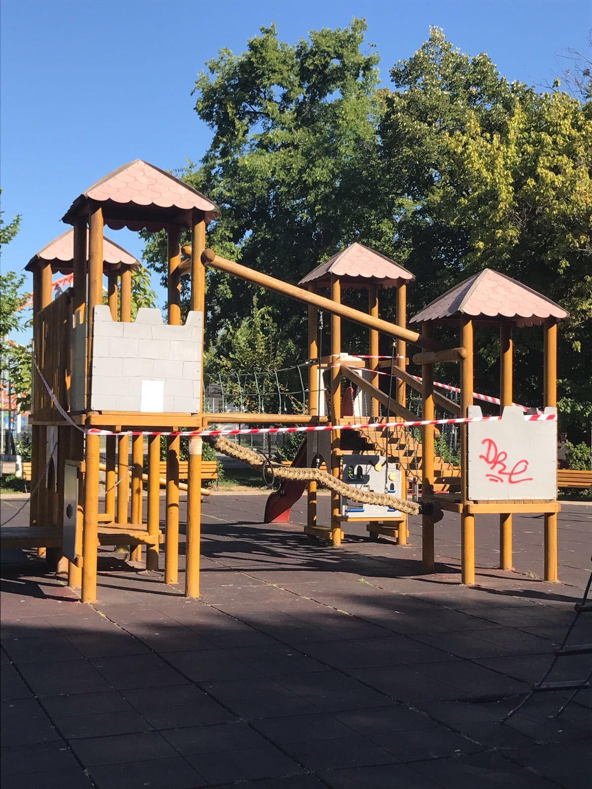 FOTO | Accident grav în Parcul Tei. Un copil şi-a fracturat coloana, după ce a căzut la un loc de joacă