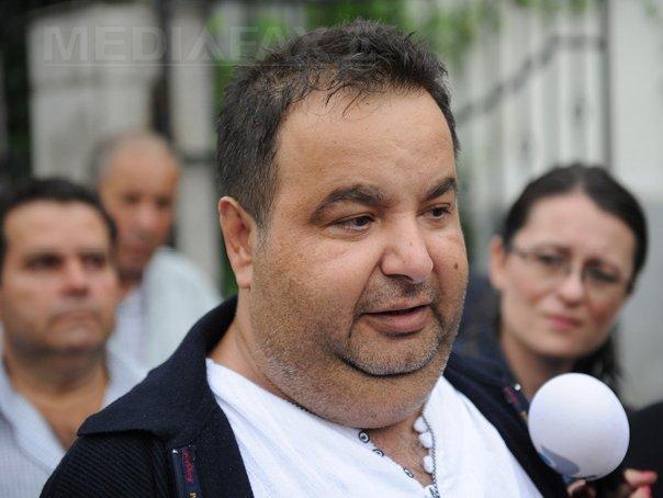 Regele romilor, Dorin Cioabă, a fost pus sub control judiciar în dosarul de evaziune fiscală. Acesta a părăsit Arestul IPJ Mehedinţi, soţia lui declarând că, de la căldură, `nu se simte bine`