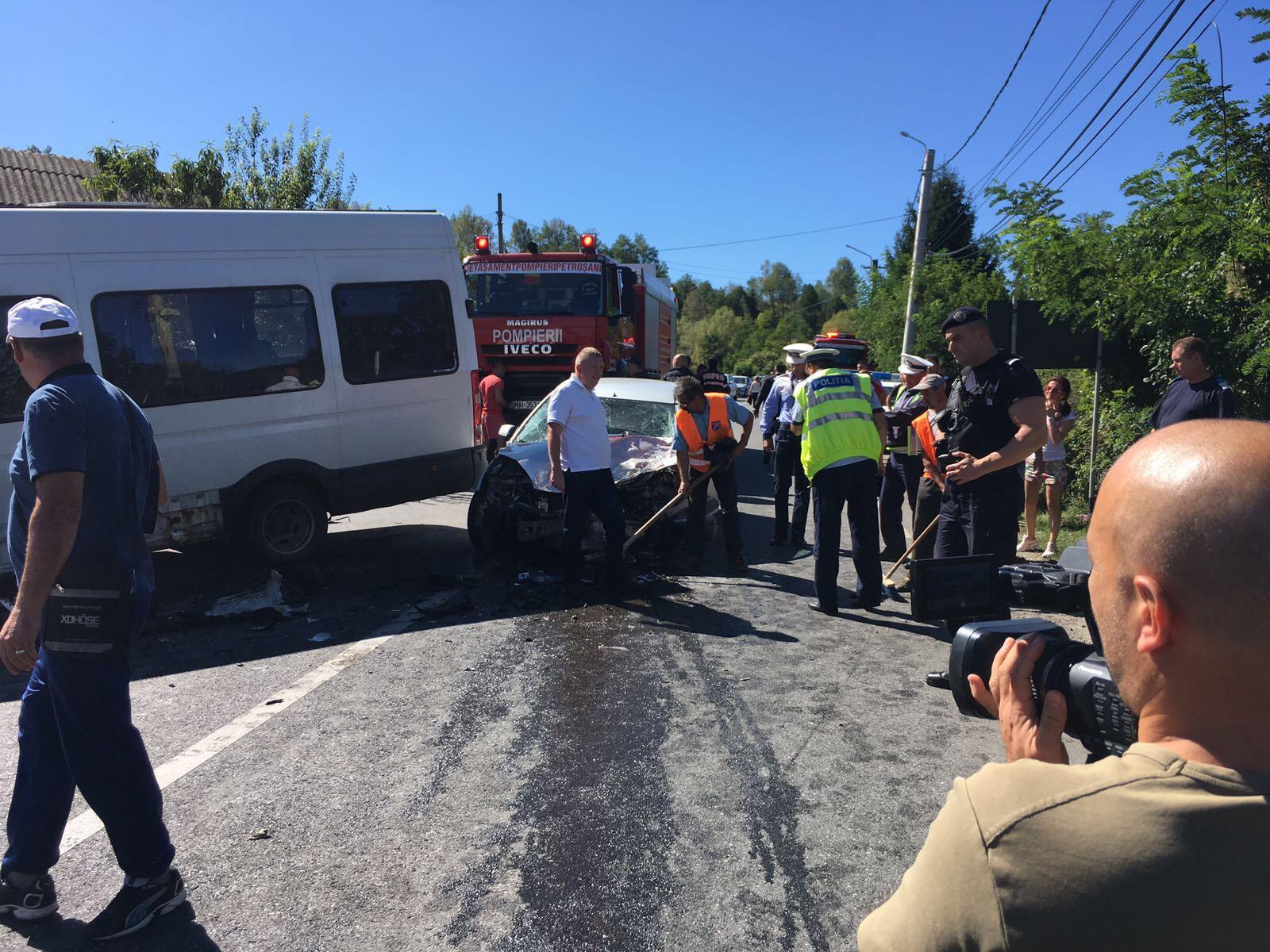 ACCIDENT GRAV în Hunedoara | Cel puţin 13 persoane rănite după impactul dintre un microbuz care transporta mineri de la Uricani şi un autoturism