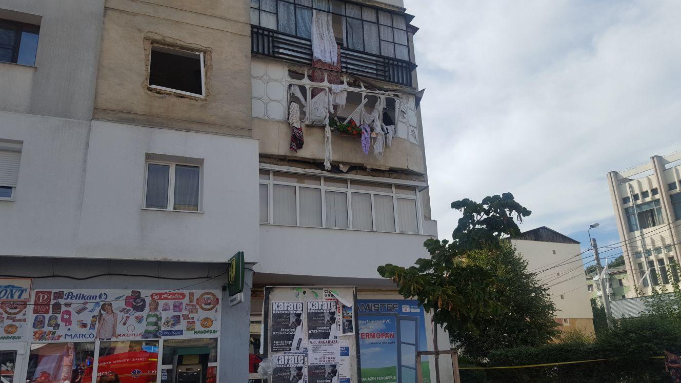 EXPLOZIE într-un apartament din Botoşani. Cinci răniţi, între care şi un copil de 11 ani. UPDATE: Un apartament, distrus în totalitate şi alte două apartamente afectate parţial.