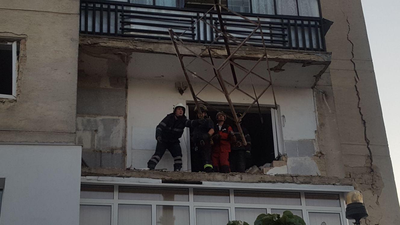 EXPLOZIA din Botoşani: Blocul afectat de deflagraţie nu poate fi locuit. Uşile apartamentelor, izolate de jandarmi | FOTO