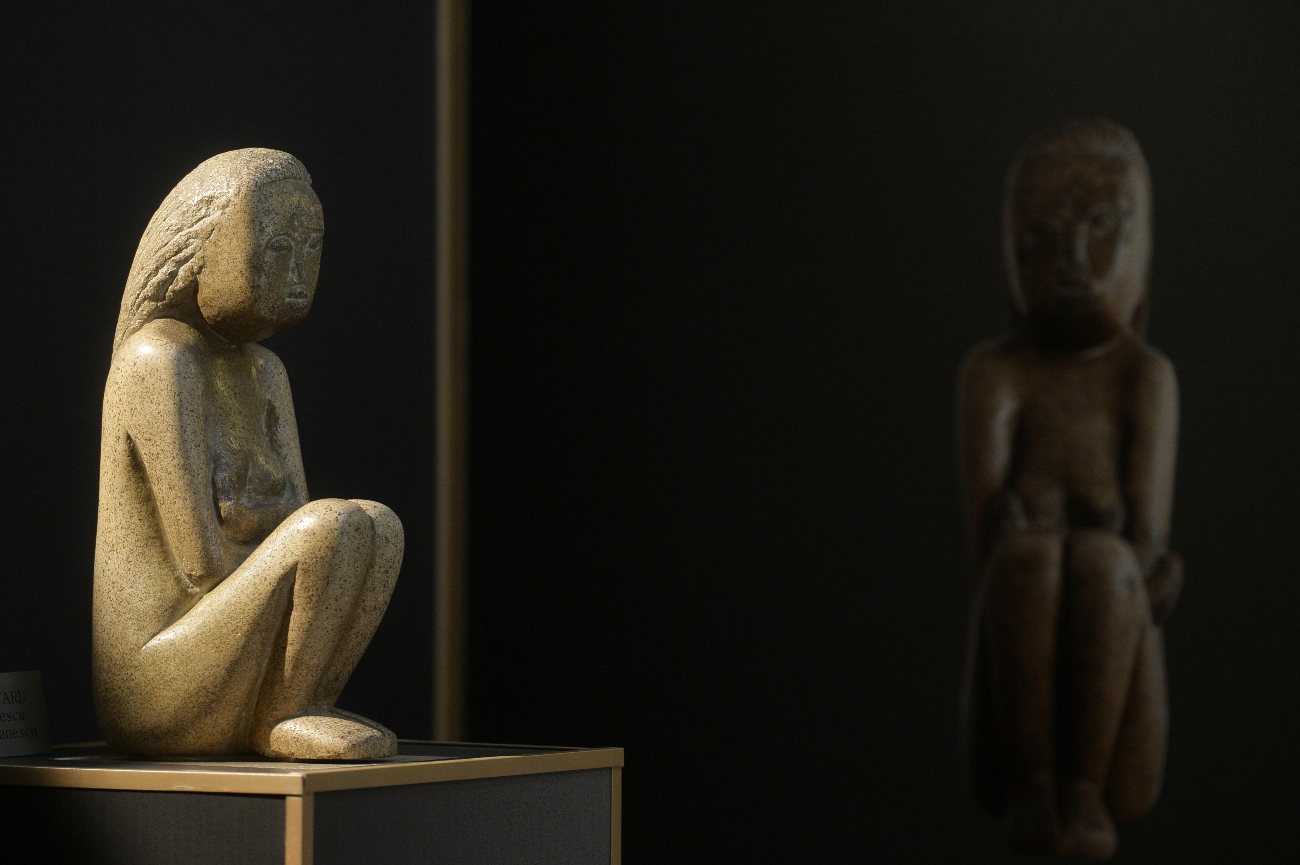 FOTO   Cuminţenia Pământului, replica din LUT a operei lui Brâncuşi, expusă la un târg de meşteşugari. Sculptura, arsă la 1000 de grade Celsius pentru a copia culoarea originală