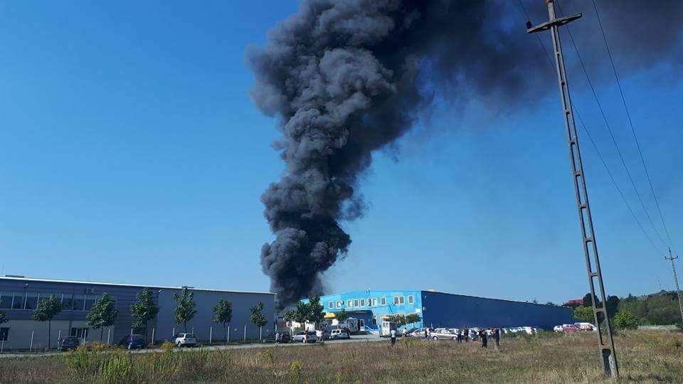 Incendiu PUTERNIC la vopsitoria fabricii Mobilă Dalin din Reghin