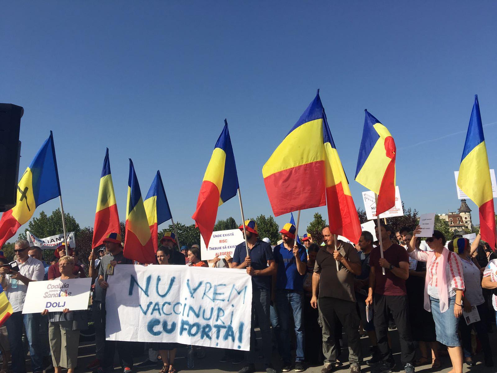 Protest ANTIVACCINARE în Bucureşti: `E mai mult o dorinţă de respectare a libertăţii. Nu vrem să fim obligaţi să ni se administreze nişte vaccinuri datorită unei pseudo epidemii`