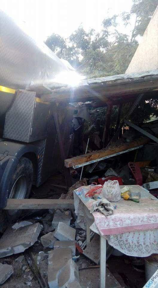 Poliţiştii din Iaşi caută un şofer care a distrus o casă în care a intrat cu cisterna de lapte, apoi a fugit