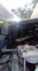 Imaginea articolului Poliţiştii din Iaşi caută un şofer care a distrus o casă în care a intrat cu cisterna de lapte, apoi a fugit