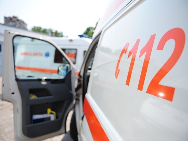 Un bărbat din Sibiu a chemat o ambulanţă, apoi a spart geamurile şi a distrus capota maşinii  | FOTO