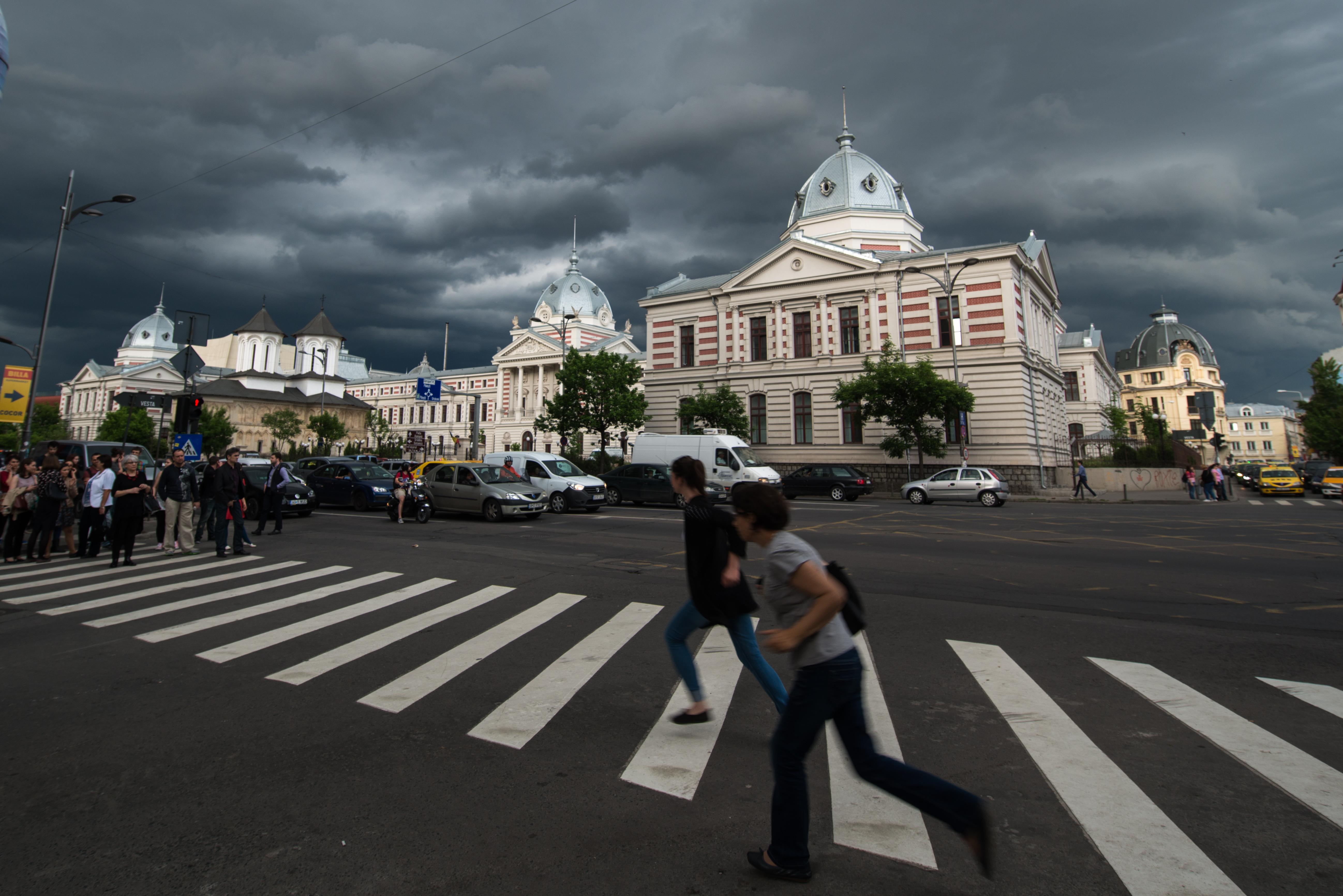 Cod GALBEN de furtuni în Capitală. De la ce oră se intensifică vântul în Bucureşti / Gabriela Firea le cere bucureştenilor să stea acasă. Programul elevilor se încheie azi la ora 17.00