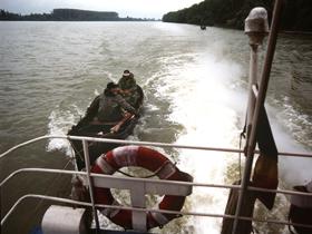 Alţi imigranţi au încercat să intre în România cu o barcă pe Dunăre, ajutaţi de un bulgar/ 17 persoane, reţinute la frontiera de vest