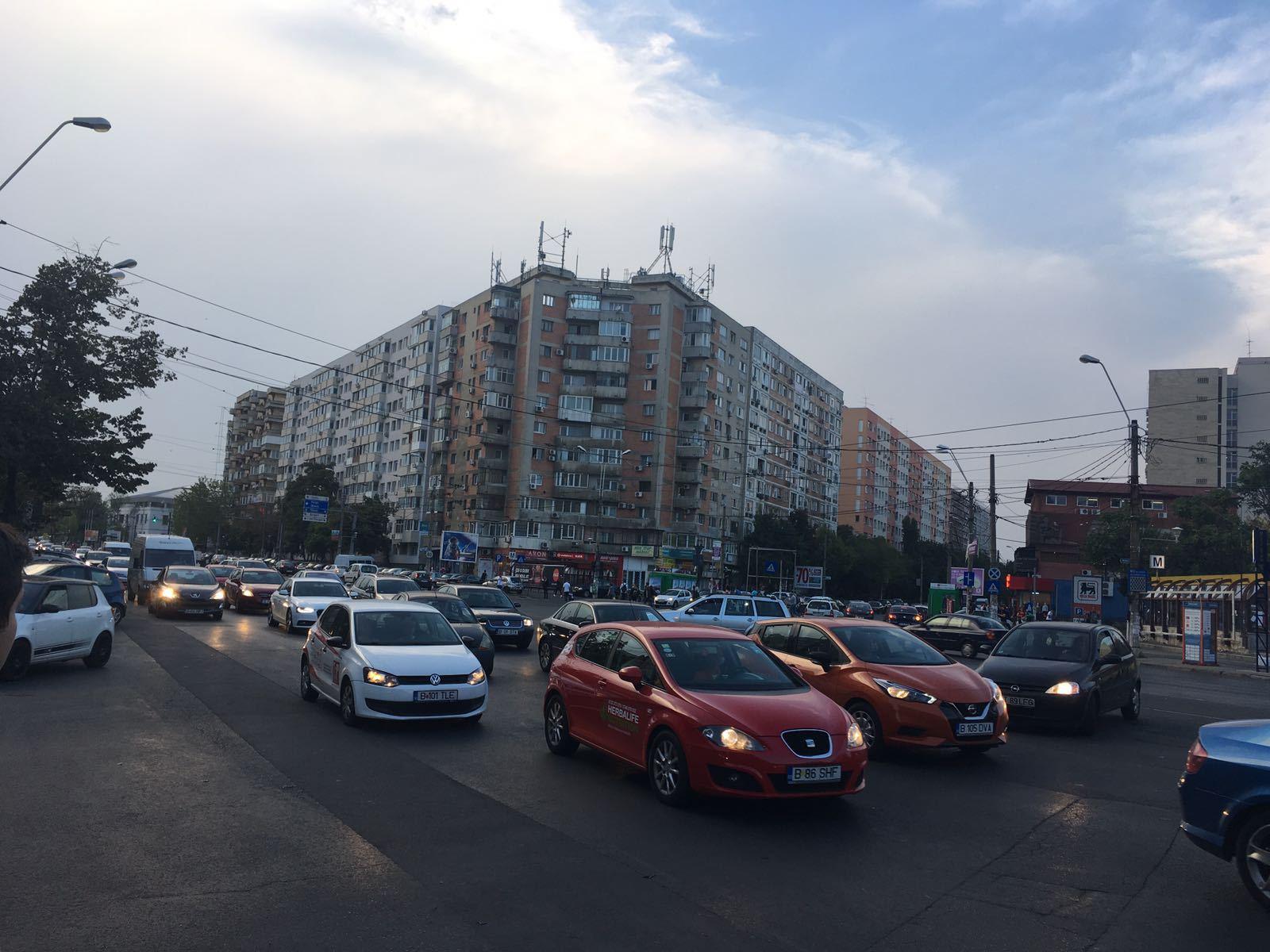FOTO   Se circulă cu dificultate în Capitală   Mulţi părinţi au parcat neregulamentar şi au blocat traficul/ Şase maşini s-au ciocnit la Podul de la Băneasa, iar o bandă este blocată pe sensul către Otopeni