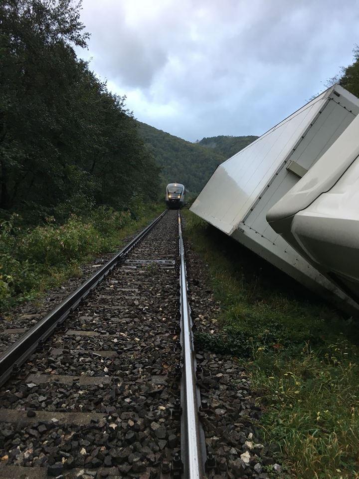 FOTO   Circulaţie feroviară întreruptă în zona localităţii clujene Negreni, după ce un tir s-a răsturnat/ Călătorii din opt trenuri, transportaţi cu maşini