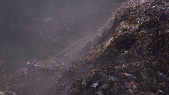 Imaginea articolului Directorul firmei care deţine depozitul de gunoi ce arde în Măldăreşti, pus sub control judiciar
