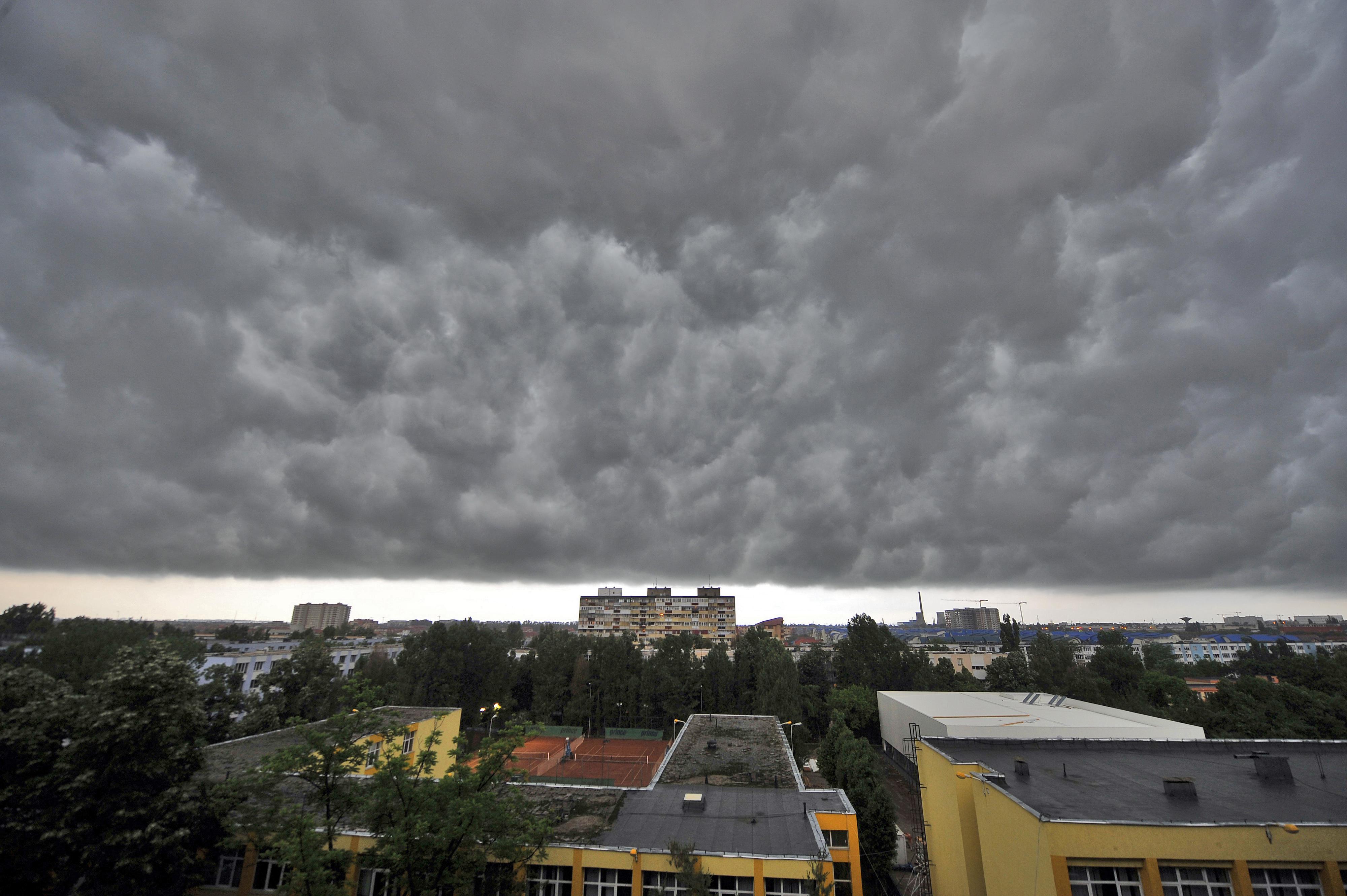 Vremea răcoroasă se menţine şi în weekend. Ploi moderate şi intensificări temporare ale vântului, în majoritatea zonelor ţării