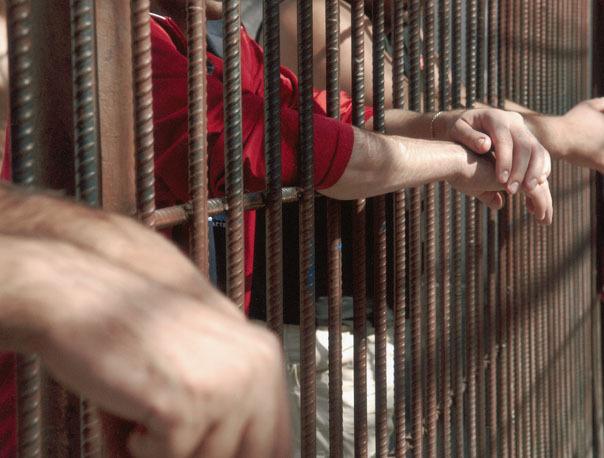 Un deţinut în vârstă de 27 de ani, care s-a simţit rău şi a fost consultat la cabinetul închisorii, a murit