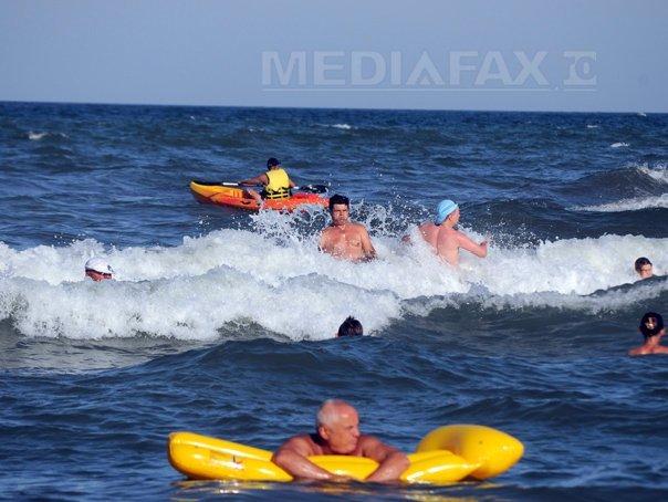 Ministrul Turismului: Turiştii care intră în mare când e steag roşu arborat ar trebui amendaţi