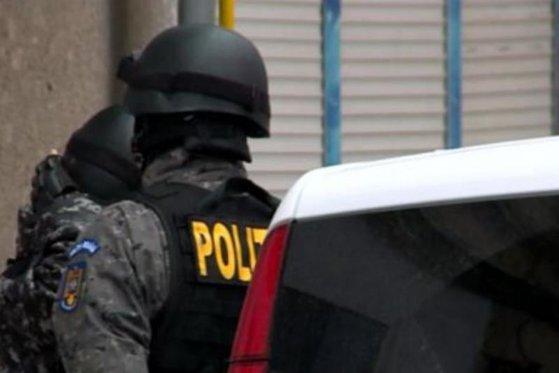 Imaginea articolului Grupare de trafic de persoane, condusă de un manelist celebru, anihilată. Opt persoane au fost arestate