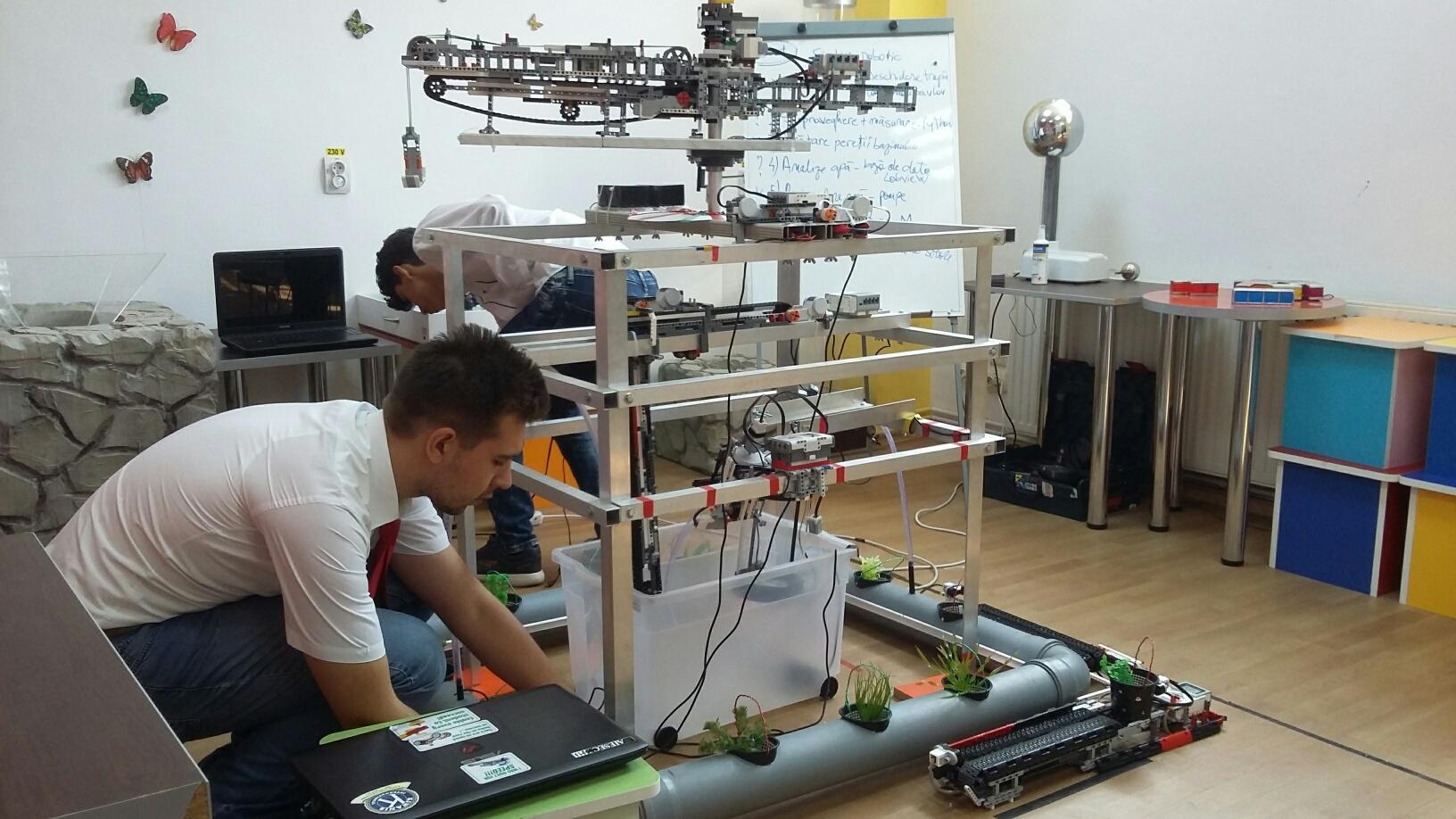 Un robot care îngrijeşte sturioni, invenţia cu care patru elevi din Galaţi merg la Olimpiada Internaţională de Robotică 2017 / Proiectul a atras şi atenţia industriaşilor