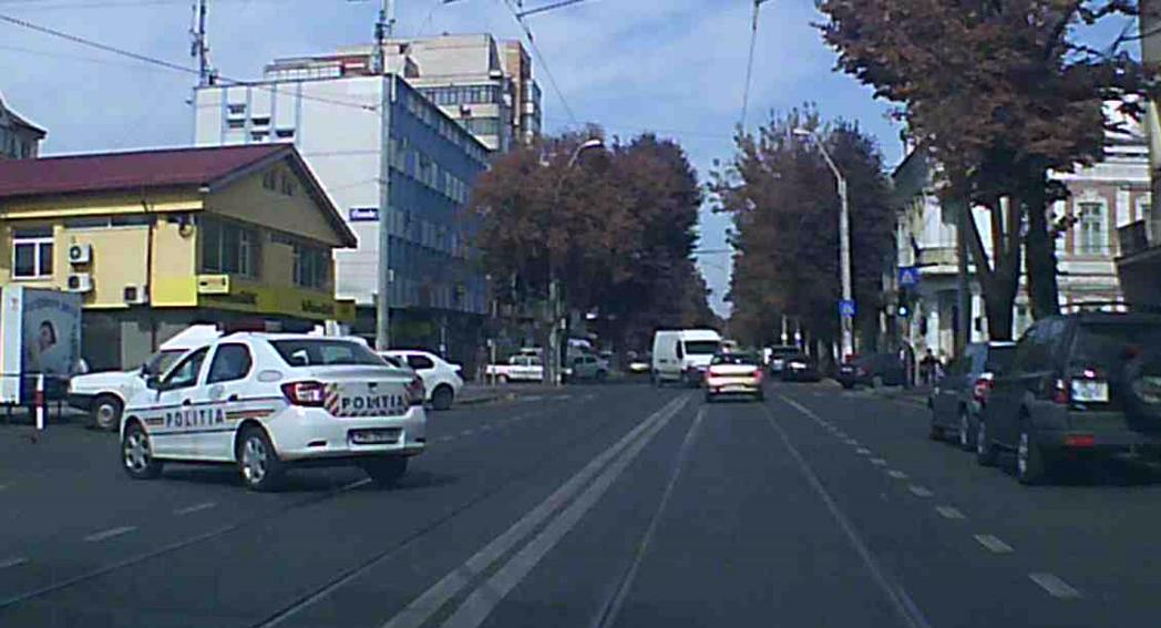 FOTO   Poliţist din Galaţi, cercetat după ce a tăiat banda continuă pe o stradă aglomerată din oraş