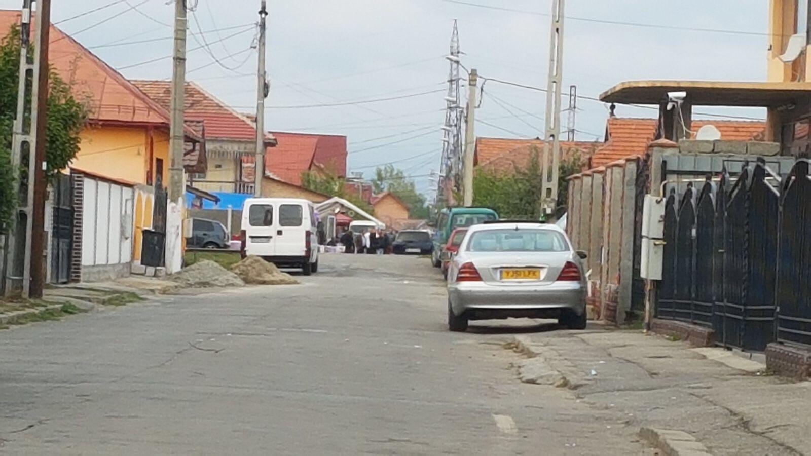 FOTO | Dosar penal pentru o familie de romi, care a întins un cort în stradă, pentru logodna a 2 copii