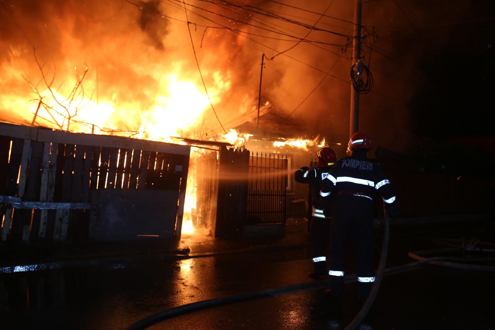 INCENDIU de amploare în Bucureşti, în urma căruia au ars şase case - FOTO