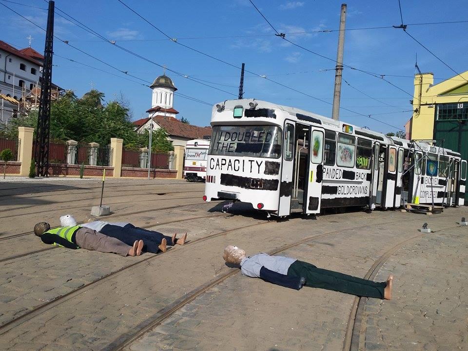 GALERIE FOTO   Expoziţie INEDITĂ în Timişoara: 150 de artişti expun opere într-un depou de tramvaie, la o fostă fabrică sau în cantină