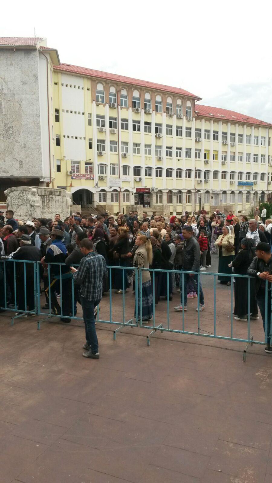 Protest al romilor din Târgu-Jiu, care cer locuri de muncă, după ce autorităţile au anunţat că vor să închidă târgul de haine vechi din oraş