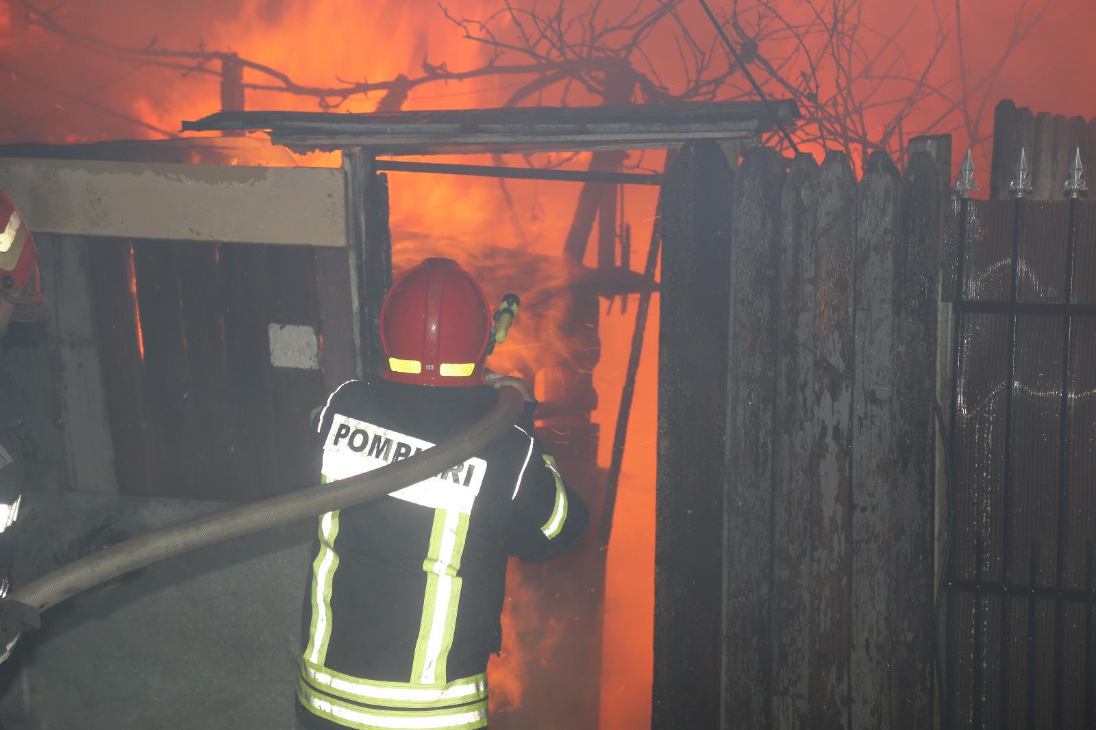 Incendiu puternic în Sectorul 4 din Bucureşti | Două case au fost cuprinse de flăcări