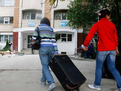 FOTO | Camerele de camin au devenit o afacere profitabilă pentru studenţi. Sute de euro daţi pentru un singur loc