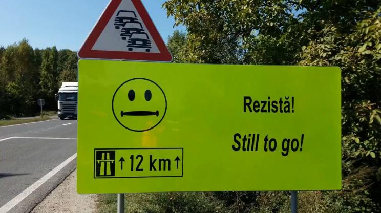 FOTO, VIDEO | Panouri cu `smiley faces` vin în ajutorul şoferilor, pe un drum periculos din România: `Acum începe greul`, `Rezistă`, `Există speranţă`