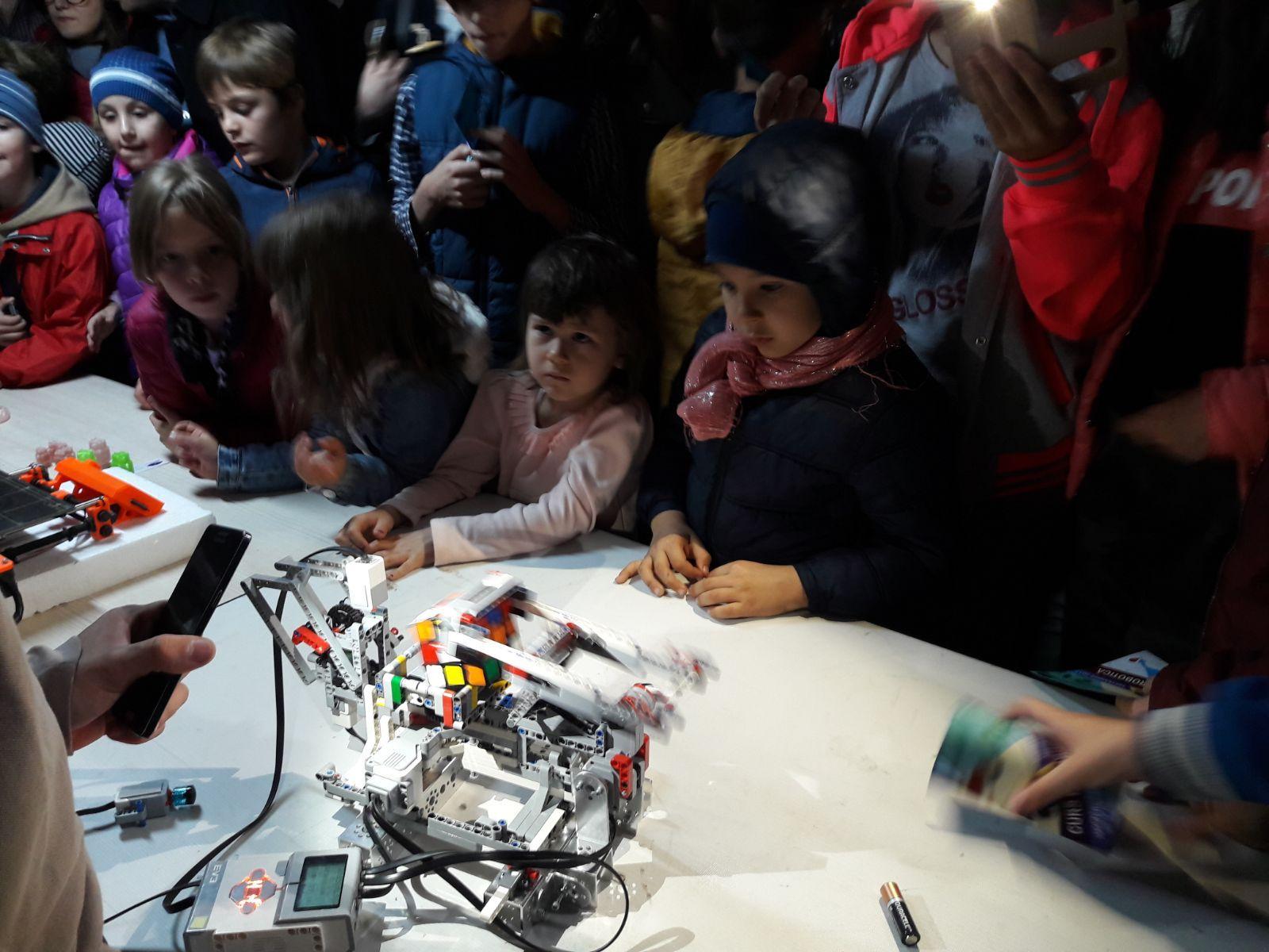 FOTO | Mii de copii au împletit jocul cu ştiinţa şi au fost cercetători pentru câteva ore, la Noaptea Ştiinţei