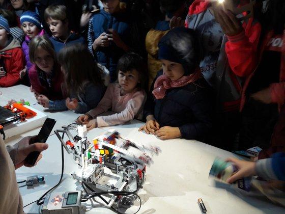 Imaginea articolului FOTO | Mii de copii au împletit jocul cu ştiinţa şi au fost cercetători pentru câteva ore, la Noaptea Ştiinţei