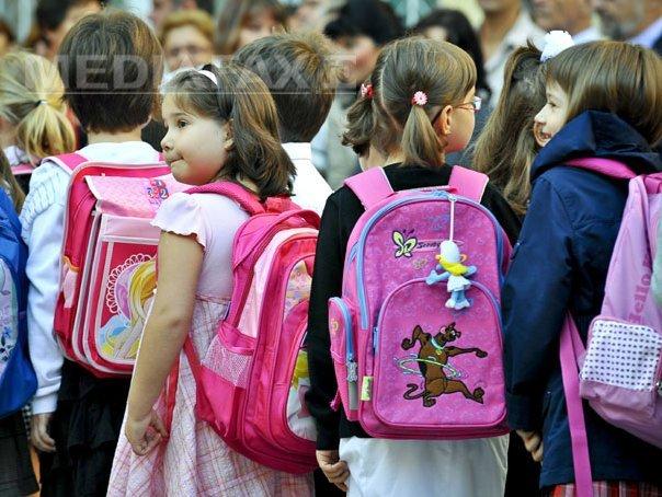 Peste 300.000 de ghiozdane, oferite elevilor defavorizaţi. 51.000 de rechizite ajung la preşcolari